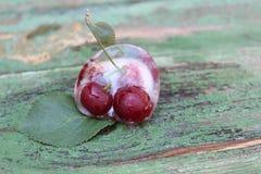 Cerezas en hielo Frutas congeladas Foto de archivo libre de regalías