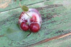 Cerezas en hielo Frutas congeladas Imagen de archivo