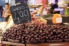Cerezas en mercado Fotos de archivo libres de regalías
