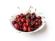 Cerezas en tazón de fuente Fotos de archivo libres de regalías