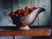 Cerezas en un barco de salsa Foto de archivo libre de regalías