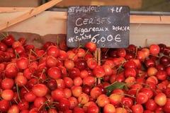 Cerezas en un mercado Fotografía de archivo libre de regalías
