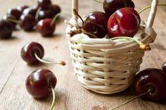 Cerezas en una cesta de madera Imagen de archivo libre de regalías
