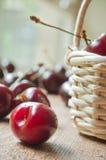 Cerezas en una cesta de madera Foto de archivo