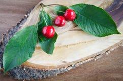 Cerezas frescas en fondo de madera Estilo rústico fotografía de archivo