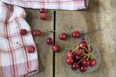 Cerezas frescas en la tabla de madera Foto de archivo libre de regalías