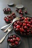 Cerezas frescas en las placas de aluminio Fotografía de archivo