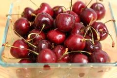 Cerezas frescas en un cierre del cuenco para arriba Foto de archivo libre de regalías