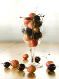 Cerezas frescas en un vidrio de vino. Imagen de archivo libre de regalías