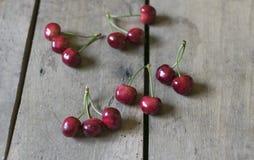 Cerezas frescas en viejo, rústico fondo de madera Foco selectivo Imágenes de archivo libres de regalías