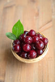 Cerezas frescas y maduras del jardín Bayas de la estación, comida del verano Imagenes de archivo