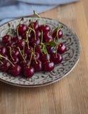 Cerezas frescas y maduras del jardín Bayas de la estación, comida del verano Imágenes de archivo libres de regalías