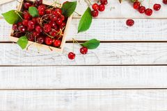 Cerezas maduras en la tabla de madera Visión desde arriba Fotos de archivo