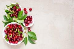 Cerezas maduras frescas en las placas blancas foto de archivo libre de regalías