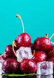 Cerezas maduras frescas para el fondo imagenes de archivo