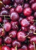 Cerezas mojadas frescas, cierre para arriba, visión superior Foto de archivo