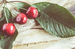 Cerezas orgánicas maduras frescas en fondo de madera Estilo del vintage y teñido rústicos del color fotografía de archivo