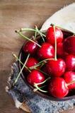 Cerezas orgánicas maduras frescas en fondo de madera Estilo rústico fotos de archivo libres de regalías