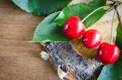 Cerezas orgánicas maduras frescas en fondo de madera Estilo rústico fotografía de archivo