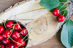 Cerezas orgánicas maduras frescas en fondo de madera Estilo rústico foto de archivo libre de regalías