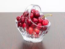 Cerezas recientemente escogidas en una cesta cristalina Imágenes de archivo libres de regalías