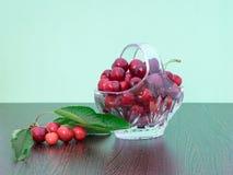 Cerezas recientemente escogidas en una cesta cristalina Fotos de archivo libres de regalías