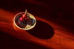 Cerezas rojas en cuenco tradicional Foto de archivo