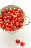 Cerezas rojas en un cuenco del vintage Foto de archivo libre de regalías