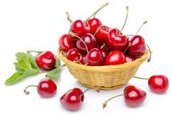 Cerezas rojas frescas en una cesta Fotos de archivo