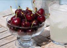 Cerezas y limonada - bocado del verano Imágenes de archivo libres de regalías