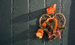 Cerf accrochant sur une porte verte Photo libre de droits