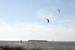 Cerf--surfers au bord de la mer photographie stock