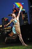 cerf-volant asiatique jouant la femme photographie stock libre de droits