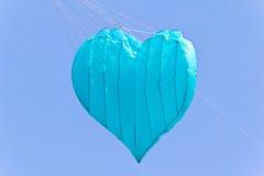 Cerf-volant bleu de coeur d'amour Images stock