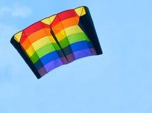 Cerf-volant coloré au ciel bleu Photos libres de droits
