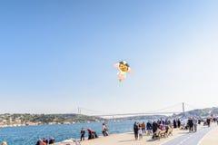 Cerf-volant coloré volant au-dessus du bosphorus à Istanbul, Turquie Photos libres de droits