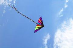 Cerf-volant coloré dans le ciel bleu Image stock