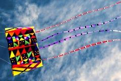 Cerf-volant coloré en ciel bleu Photographie stock libre de droits