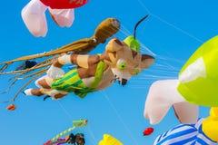 Cerf-volant coloré sur le ciel bleu Photographie stock