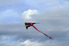 Cerf-volant coloré dans le ciel Images libres de droits