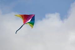 Cerf-volant d'arc-en-ciel en ciel Images stock