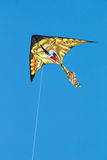 Cerf-volant d'isolement de lion sur le ciel bleu Images libres de droits