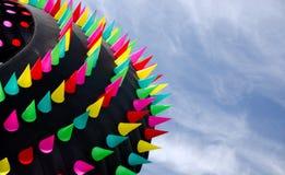 Cerf-volant de forme annulaire géant avec les transitoires colorées au-dessus des dunes d'océan Image libre de droits