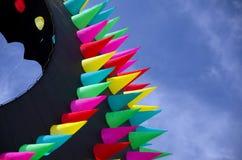 Cerf-volant de forme annulaire géant avec les transitoires colorées au-dessus des dunes d'océan Photographie stock libre de droits