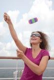 Cerf-volant de lancement de fille de paquet de bateau Photos libres de droits