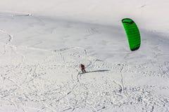 Cerf-volant de neige dans la neige de poudre dans Passo Giau, passage alpin élevé près de Cortina d'Ampezzo, dolomites, Italie photographie stock libre de droits