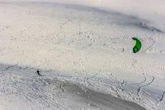 Cerf-volant de neige dans la neige de poudre dans Passo Giau, passage alpin élevé près de Cortina d'Ampezzo, dolomites, Italie image libre de droits
