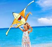 Cerf-volant de vol d'enfant extérieur. Photo stock