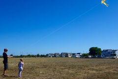 Cerf-volant de vol de père et de fille Photographie stock libre de droits
