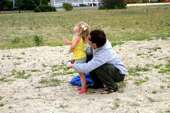 Cerf-volant de vol de père et de fille Photographie stock